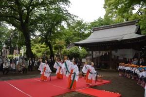 園児らが見学した浦安の舞(5月10日敷島神社で)
