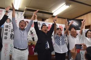 選挙事務所で当選の喜びをみせる並木氏(中央)=7月10日22時48分