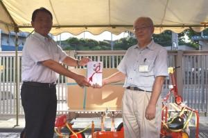 夏祭りで香川武文志木市長へ遊具を贈呈する髙野邦夫会長(右)