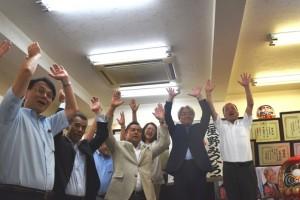 選挙事務所で当選の喜びをみせる星野光弘氏(右から2番目)=7月31日22時34分