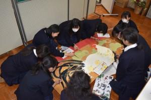 美術部12人が力を合わせて絵馬を制作(11月22日、志木高等学校で)