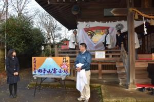 敷島神社社殿で絵馬の序幕式(手前の記念撮影用の絵画も同美術部から寄贈された)