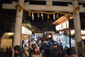 初詣で賑わう敷島神社(1日午前0時半頃)