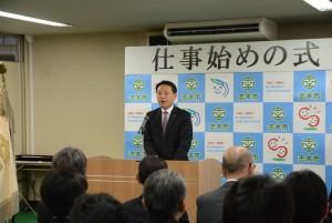 仕事始めの式で挨拶する香川市長(志木市役所提供)