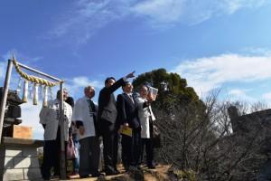 田子山富士塚の山頂から富士山眺望を示す香川市長と田子山富士保存会の皆さん