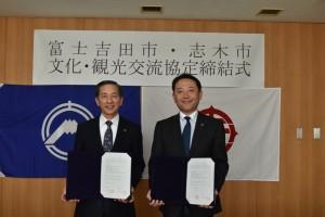 協定を締結した香川市長(右)と堀内市長