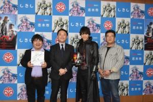 左から井口監督、香川市長、中村さん、青木さん