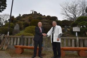 髙野会長から木製ベンチを寄贈される田子山富士保存会・清水会長