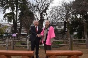髙野会長から木製ベンチを寄贈される長勝院旗桜保存会・尾崎会長