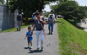 最年少の健太郎君(2歳)親子も2キロコースに登場したカパルをめざして歩く