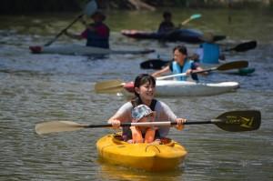 カヌー体験を楽しむ親子