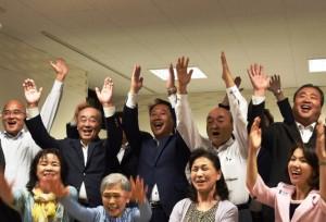 支持者と当選の喜びを見せる香川氏(後列中央)=11日午後10時10分ごろ、志木市本町の選挙事務所で