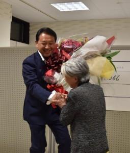 花束を支持者から贈られ満面の笑みを見せる香川氏