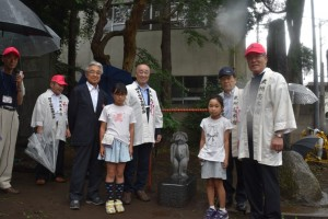 新カッパ像と制作者の内田さん(左から3人目)