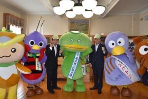 カパル(中央)を応援する上田知事(左)と香川市長。コバトンとさいたまっちも参加