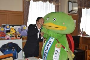 キュウリをかじる上田知事