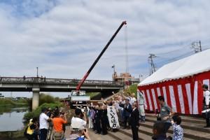 いろは丸の進水の前に市産業観光課が準備したドローンに手を振る参加者