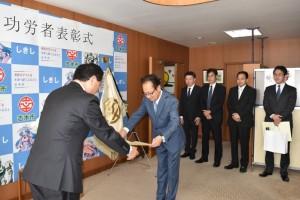 香川市長から感謝状を受け取る清水所長(右)