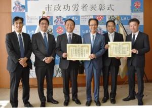 香川市長(左から3番目)と読売センターの皆さん