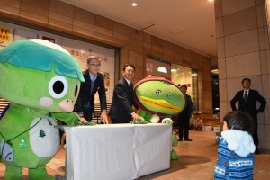 点灯スイッチを入れるマルイファミリー志木店の生方店長(左)と香川志木市長