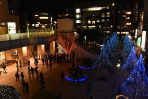 7色に変化するフットライトやブルーのイルミネーションで幻想的な駅前広場