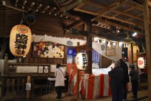 参拝者で賑わう敷島神社社殿