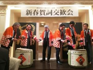 岡野OB会長(中央)、来賓の人たちとの理事長が恒例の鏡割り