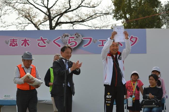 考案した愛称が選ばれ認定証を香川市長から授与された星野さん