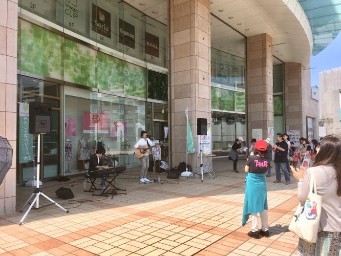 マルイ2階前でのソノライフの演奏(5月5日)