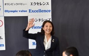 教室で講義する黒須さん