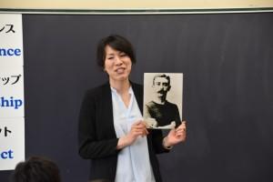 教室で講義する岡里さん