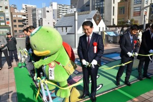 テープカットする香川市長とカパルら