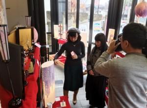 取材を受ける高山さん(左)と奈良オーナー(3月3日、ギャラリースペースMで)
