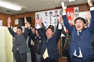 支援者と喜びを見せる鈴木氏(中央)=4月7日午後10時56分頃、志木市中宗岡1の選挙事務所で