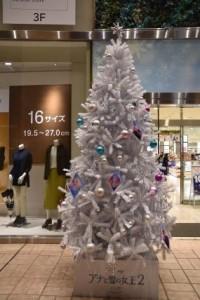 2階には白いクリスマスツリーも