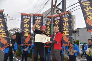 清水商工会長(右)からご当地グルメ王の受賞に喜ぶ高山店主
